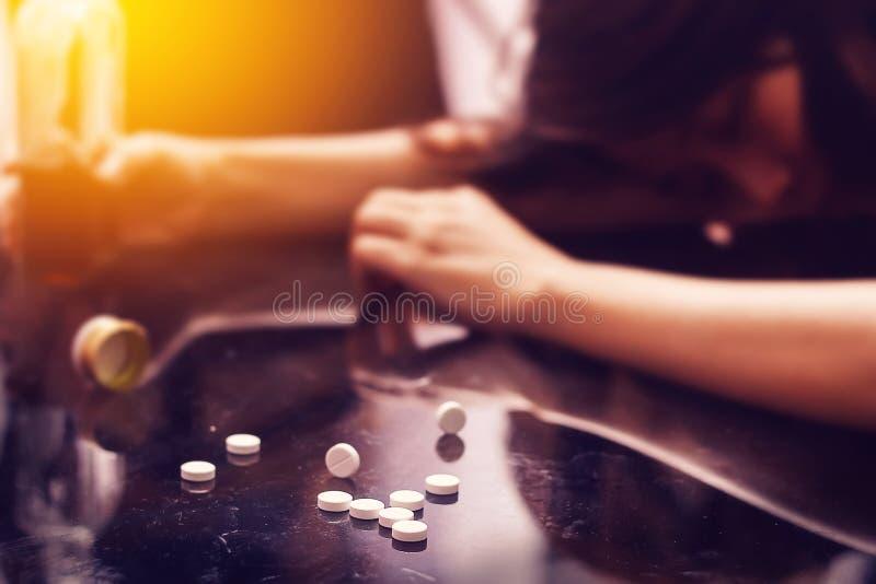 Przedawkowanie, narkomanii problemowy pojęcie: Kilka pigułka rozlewająca zdjęcia stock