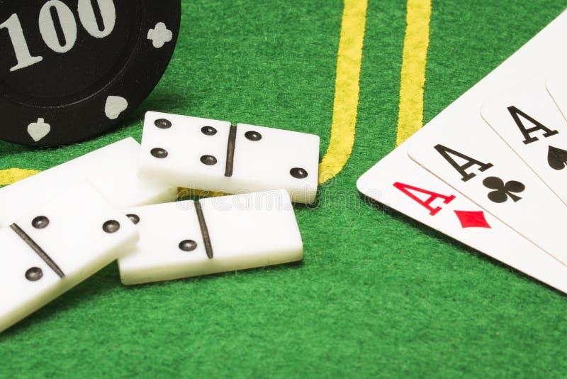 Przedmioty dla popularnych gier planszowa na jaskrawym - zielona kanwa zdjęcia stock