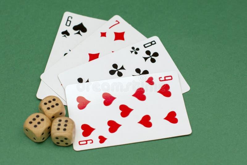 Przedmioty dla uprawiać hazard grzebaka w kasyno kartach i uprawiać hazard kostki do gry, kostki do gry zdjęcia royalty free