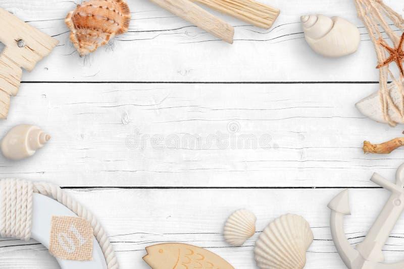 Przedmioty od morza na białym drewnianym stole Pojęcie lato podróż z pustą przestrzenią obrazy royalty free