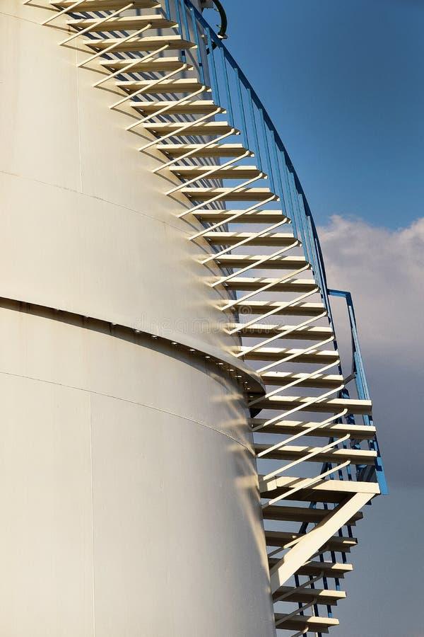 Przedmioty w zbiorniku dla oleju i benzyny z schodkami zdjęcia stock