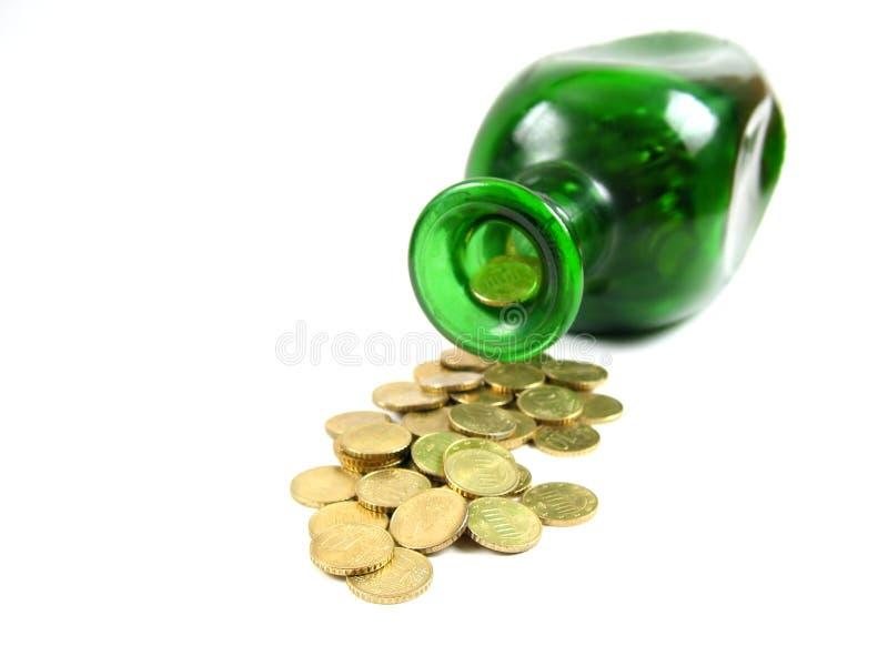 przednia butelki dolewania złotego widok zdjęcie royalty free
