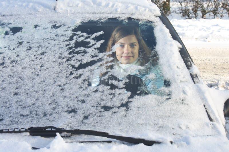 przedniej szyby zima kobieta zdjęcie royalty free