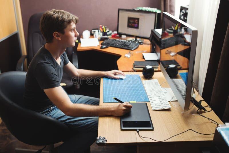 Przedsiębiorca budowlany lub projektant pracuje w domu zdjęcia stock