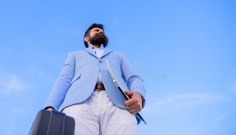 Przedsiębiorca oferty łapówka Bezprawny dylowy biznes Modniś twarzy chwyta brodata teczka z łapówką BIZNESMENA PRZEDSTAWIAĆ obrazy royalty free