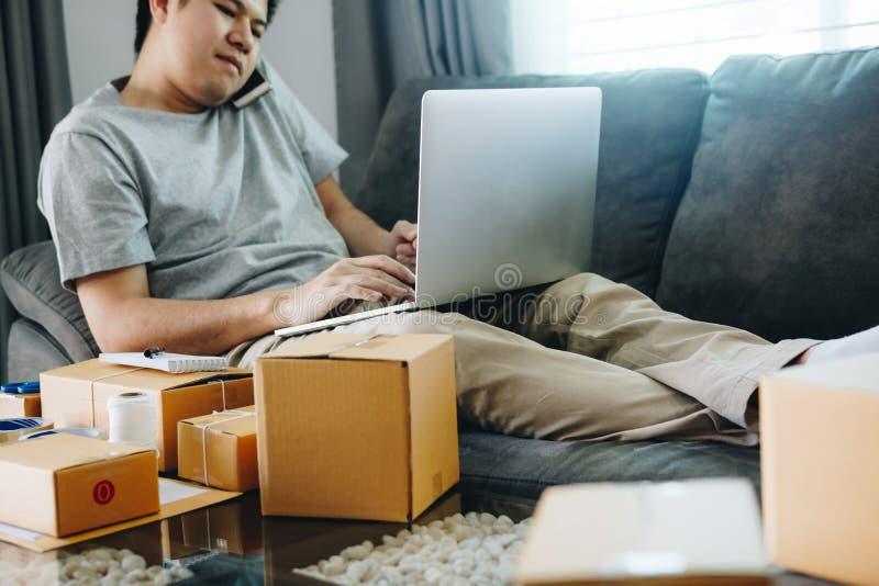 Przedsiębiorca opowiada na telefonie i używa laptop kontaktować się klienta zdjęcia royalty free