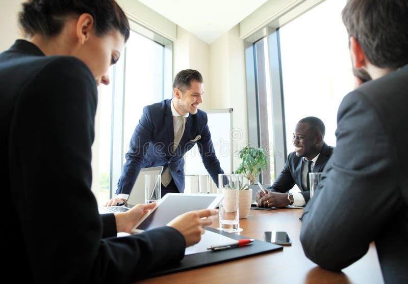 Przedsiębiorcy i ludzie biznesu konferencyjni w nowożytnym pokoju konferencyjnym zdjęcie stock