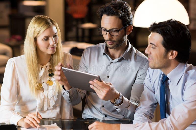 przedsiębiorcy pracują razem zdjęcia royalty free