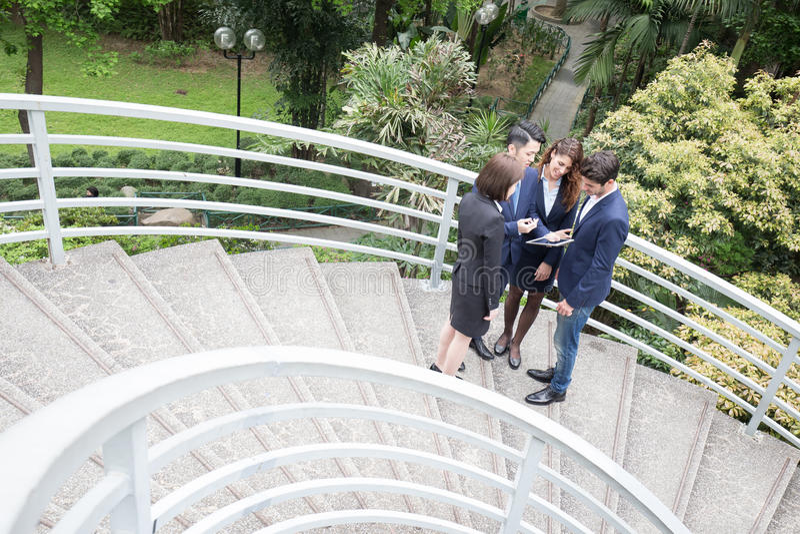 przedsiębiorcy pracują razem zdjęcie royalty free