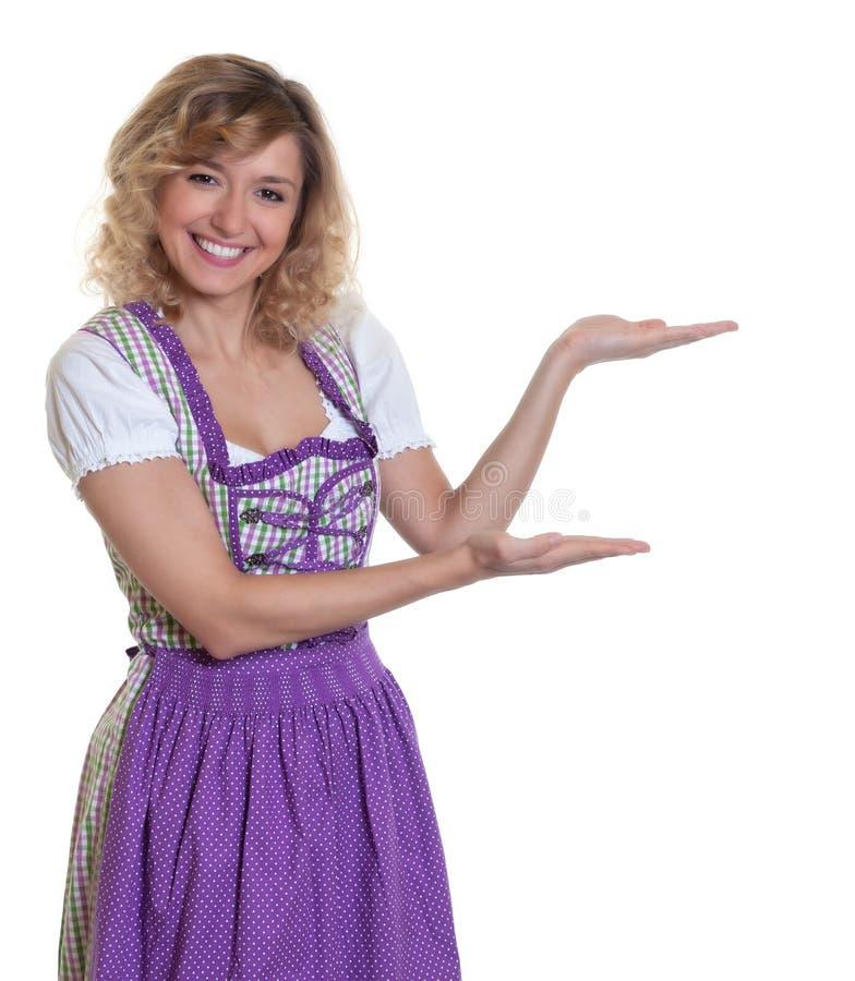 Przedstawiać bavarian kobiety z kędzierzawym włosy zdjęcie stock