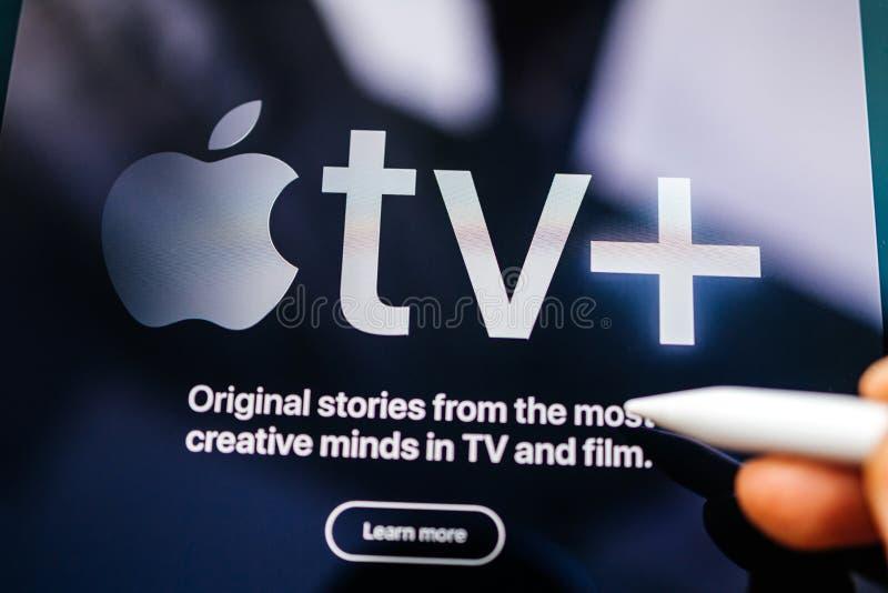 Przedstawiaj?cy Apple TV Plus la? si? us?ugi obraz stock