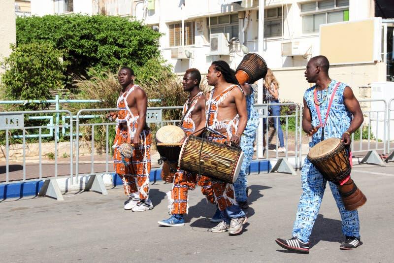 Przedstawiciele Afrykańska muzyka przy tradycyjną roczną paradą wewnątrz fotografia royalty free