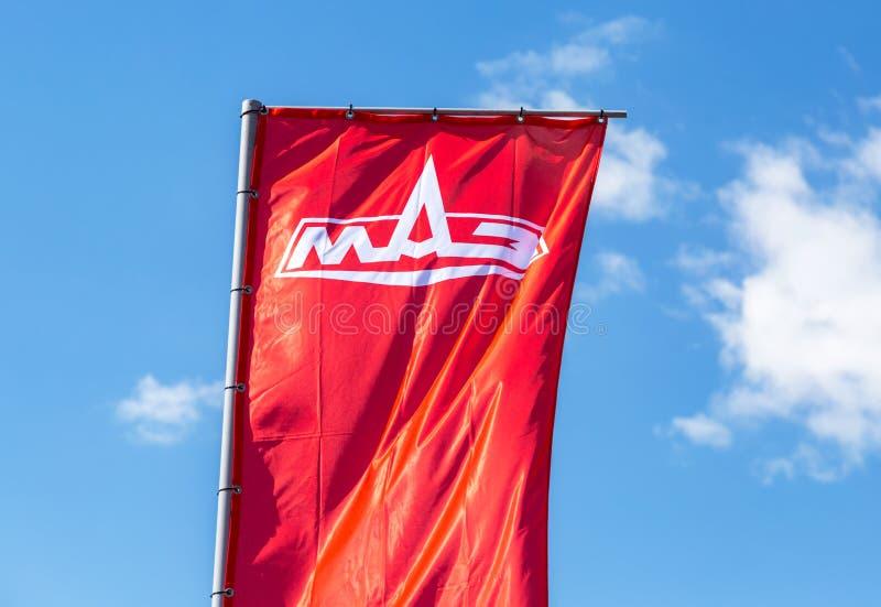 Przedstawicielstwo handlowe flaga Minsk samochodu roślina MAZ nad niebieskim niebem fotografia stock