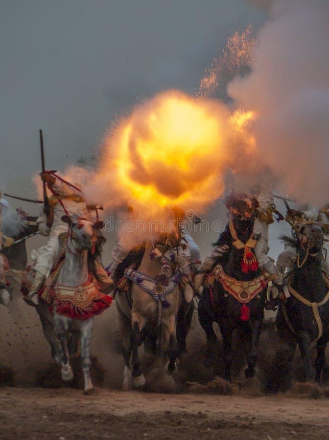 Przedstawienie i wstępne kwalifikacje dla tradycyjnej kawalerii dzwoniliśmy FANTAZJĘ lub TBOURIDA w południowym Maroko obraz stock
