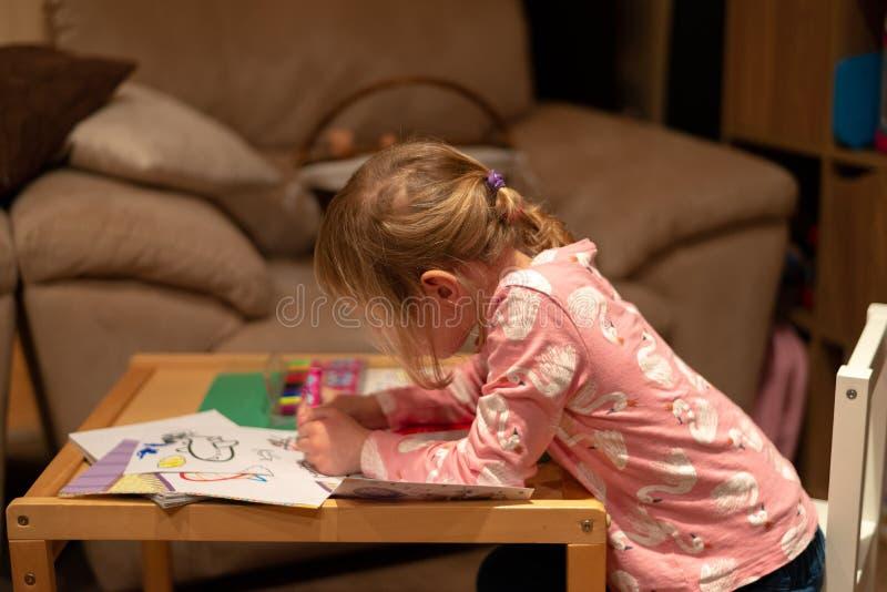 Przedszkolny dziewczyna rysunek zdjęcie royalty free