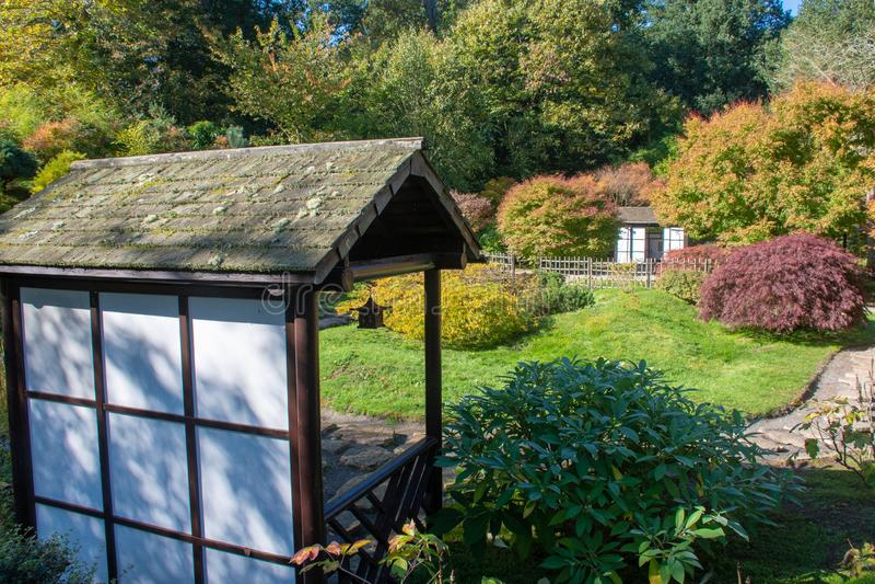 Przegapiać japończyka ogród z pergolą zdjęcie royalty free