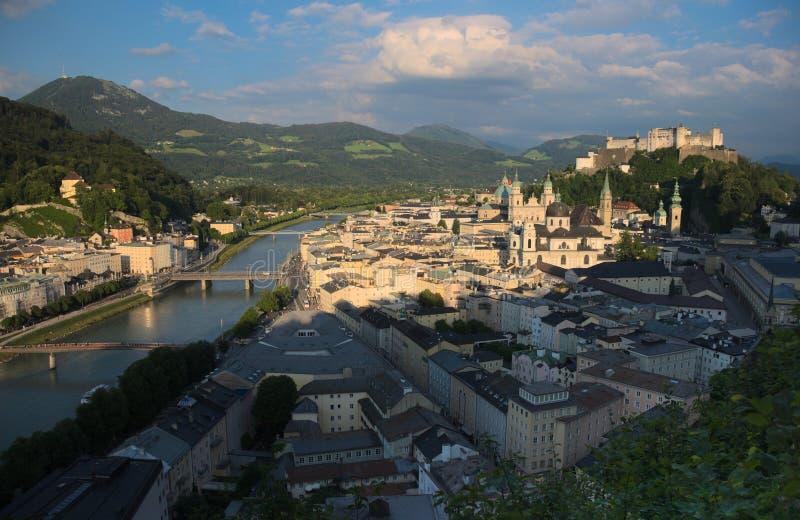 Przegapiać miasto Salzburg, Austria Główni punkty zwrotni są i franciszkanina monasterem Hohensalzburg fortecy, Salzburg, obraz stock