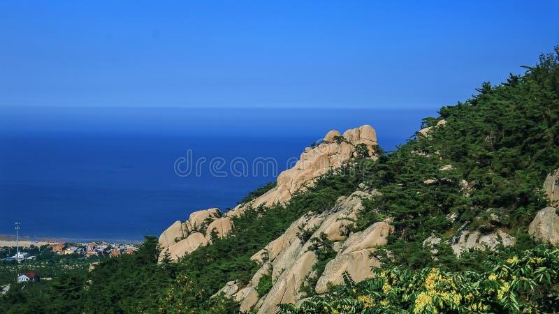 Przegapiać morza od Laoshan góry obrazy stock