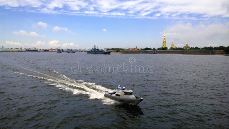 Przegapiać nawadnia Neva rzeka w St Petersburg z żeglowanie statkami podczas świętowania marynarka wojenna dzień zdjęcie royalty free