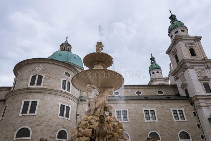 Przegapiać Salzburg katedrę od Residenzplatz w Salzburg obraz stock