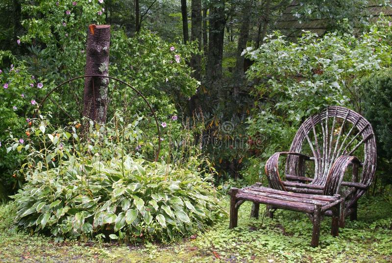 Przegięty kończyny krzesło, stół i fotografia royalty free