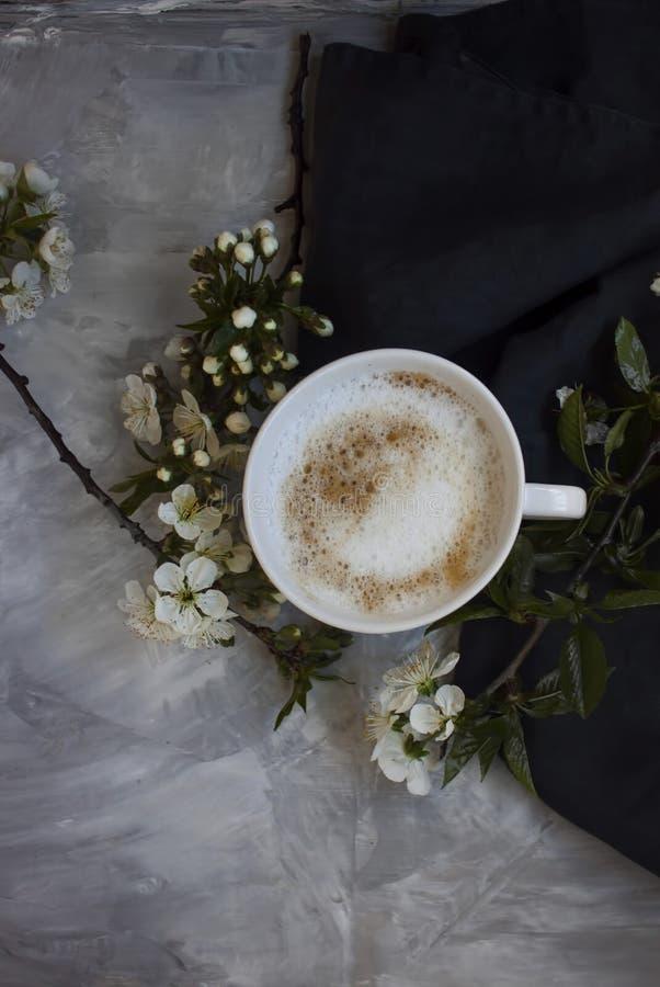 Przegląd gorący filiżanka kawy z białymi kwiatami zdjęcie stock