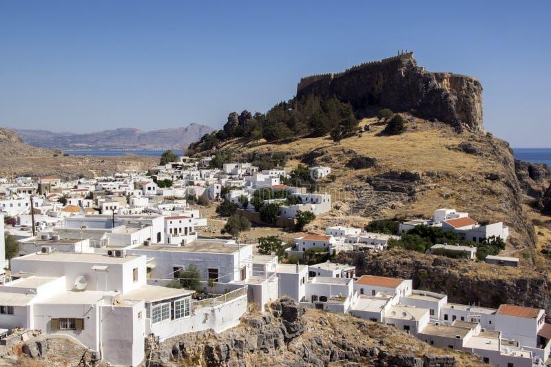 Przegląd Lindos, grupa biel domy jeden po drugim, widok z lotu ptaka od akropolu fortyfikował cytadelę zdjęcia royalty free