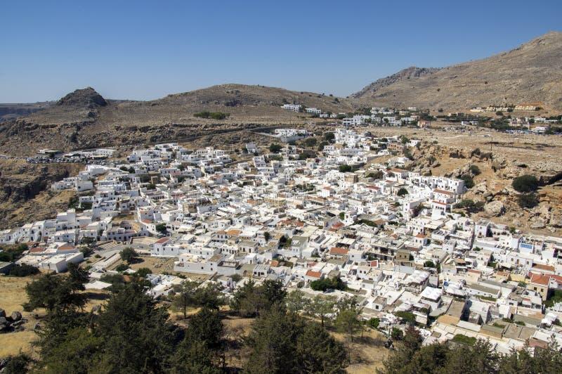Przegląd Lindos, grupa biel domy jeden po drugim, widok z lotu ptaka od akropolu fortyfikował cytadelę fotografia stock
