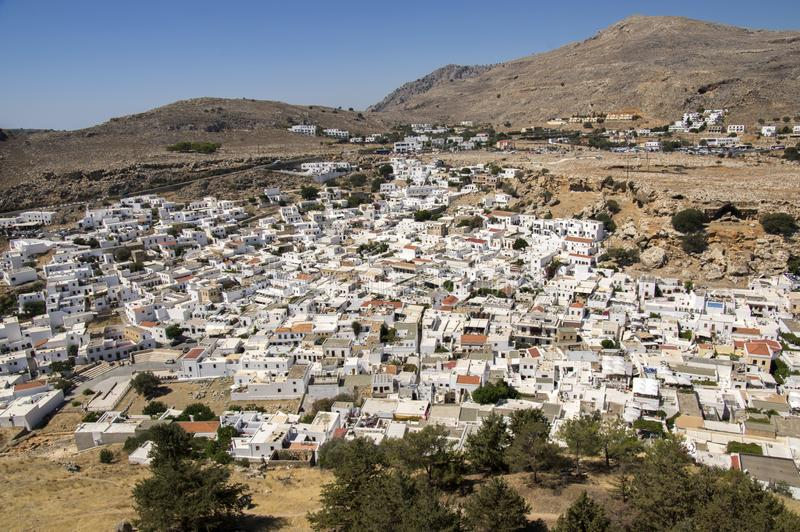 Przegląd Lindos, grupa biel domy jeden po drugim, widok z lotu ptaka od akropolu fortyfikował cytadelę zdjęcie stock
