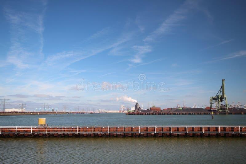 Przegląd schronienie Hartelhaven przy Maasvlakte jako część portu Rotterdam holandie zdjęcie stock
