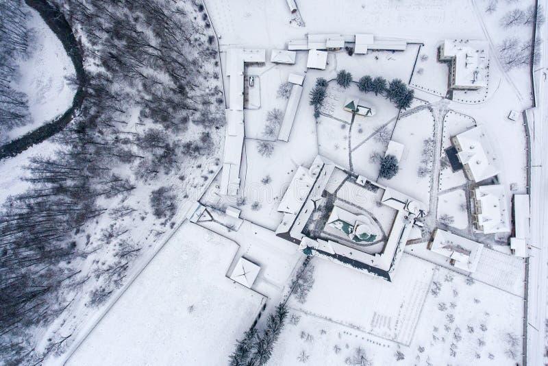Przegląd zima krajobraz z monasteru podwórzem fotografia stock