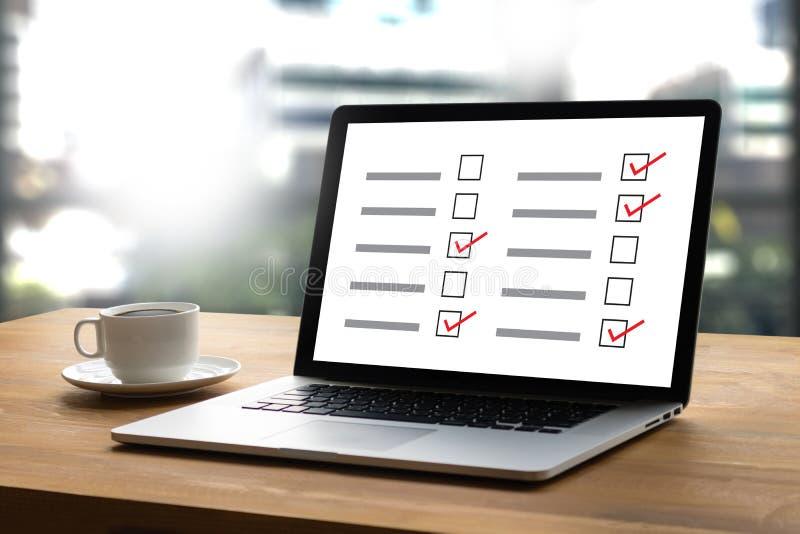 PRZEGLĄDA analizy odkrycia biznesmena daje online i Wynika zdjęcia stock