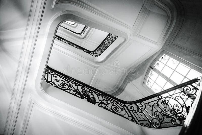 Przegląda dno na w górę pięknego luksusowego schody z drewnianymi poręczami zdjęcia stock