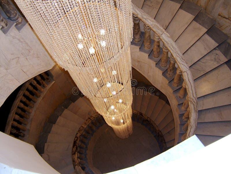 Przegląda dno na w górę pięknego luksusowego schody z drewnianymi poręczami fotografia stock