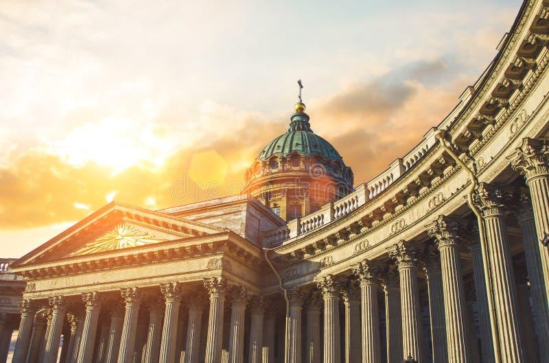 Przegląda Kazan katedrę w Świątobliwym Petersburg wieczór zmierzchu niebie fotografia royalty free