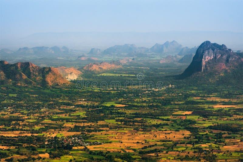 Przegląda małą wioskę w dolinie od odgórnej góry na smogu dniu fotografia stock
