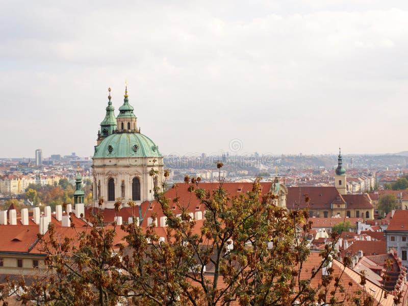 """Przegląda St Nicholas kościół w Praga †""""Lesser miasteczko od Starego kasztelu, fotografia royalty free"""