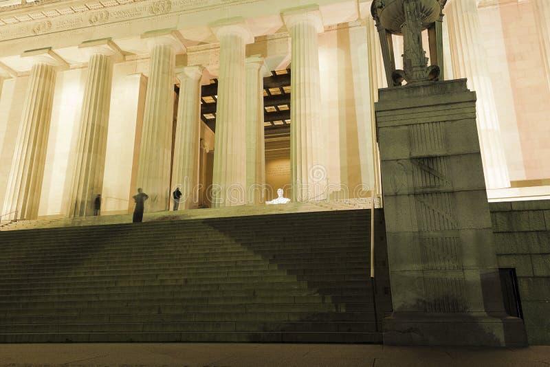Przegląda w górę niskich i górnych kroków Lincoln pomnik w kierunku iluminującej Środkowej sala, Krajowy centrum handlowe, washin fotografia stock