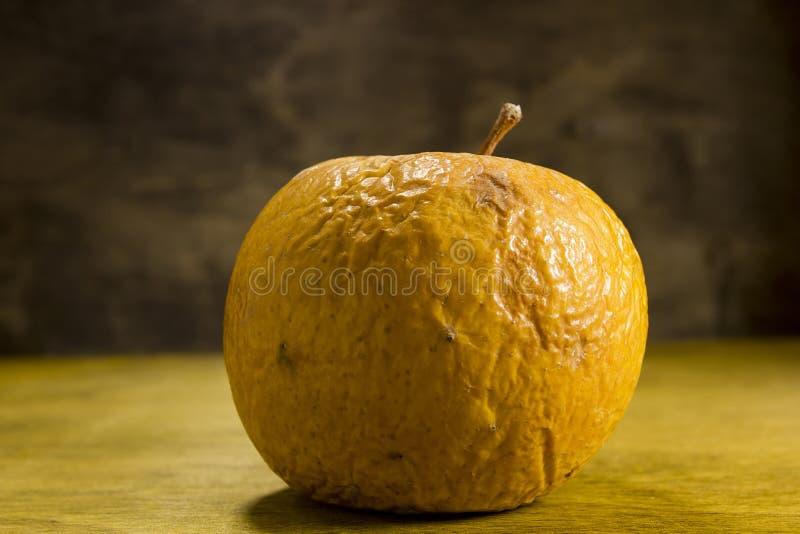 Przegniły marszczący jabłko zdjęcia royalty free