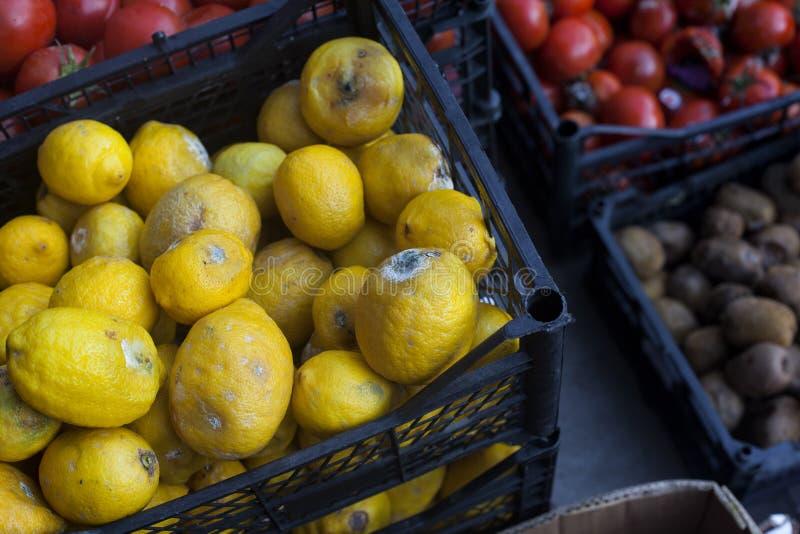 Przegnili owoc i warzywo na rynku obraz royalty free