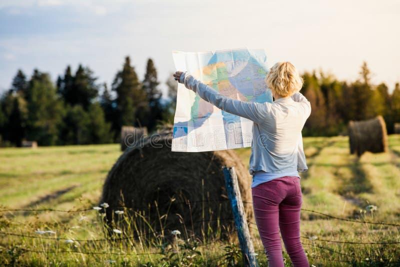 Przegrana kobieta Patrzeje mapę na Wiejskiej scenie obrazy royalty free