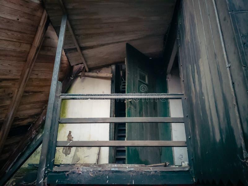 Przegranego miejsca stary budynek przed gniciem fotografia stock