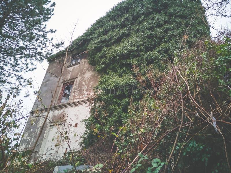 Przegranego miejsca stary budynek przed gniciem obrazy royalty free