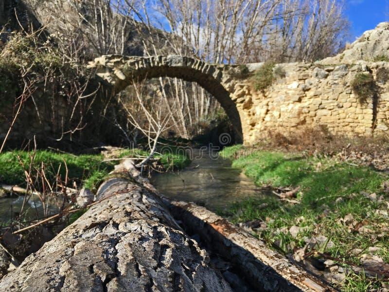 Przegrany most chujący w górach inna perspektywa obrazy stock