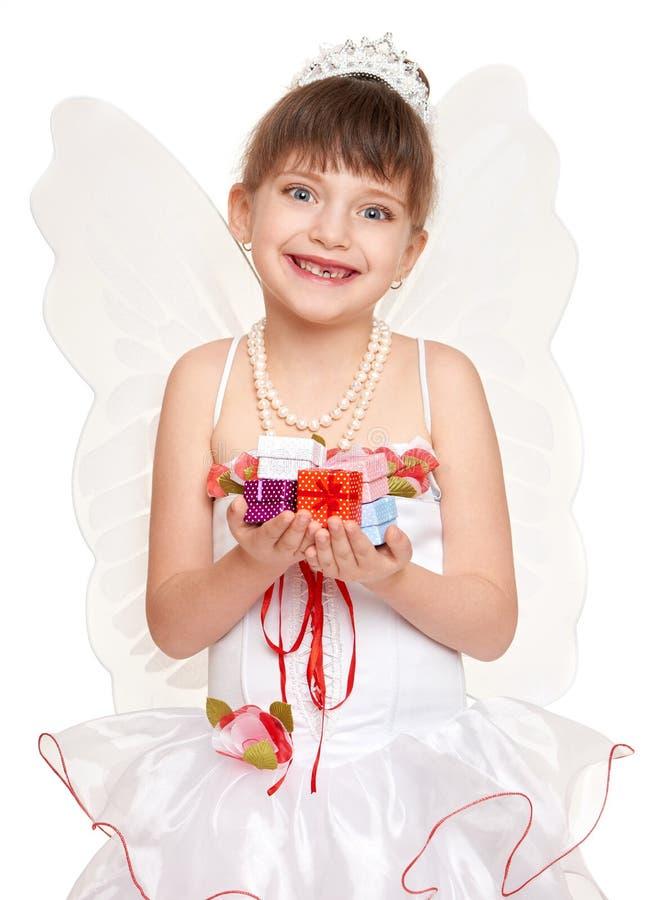 Przegrany zębu dziecko ubierał jako ząb czarodziejka z prezentami fotografia stock