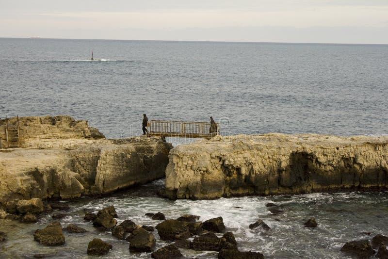 Download Przejście na skałach obraz stock. Obraz złożonej z morze - 28950641