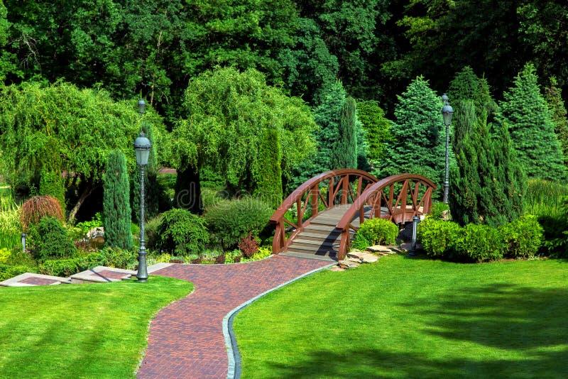 Przejście prowadzi dekoracyjny drewniany most nad stawem obrazy royalty free