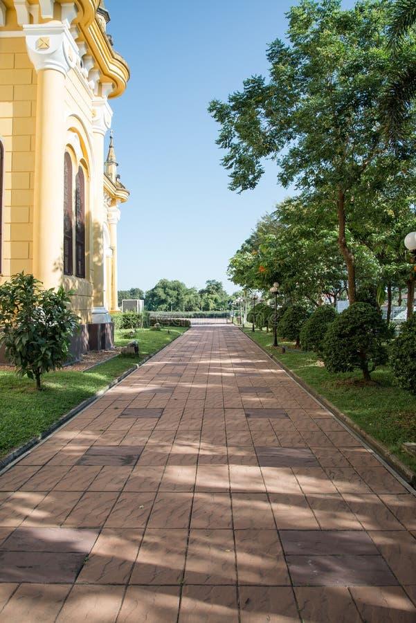 Przejście w Wata Niwet Thammaprawat kościół przy Ayutthaya Tajlandia - obraz royalty free
