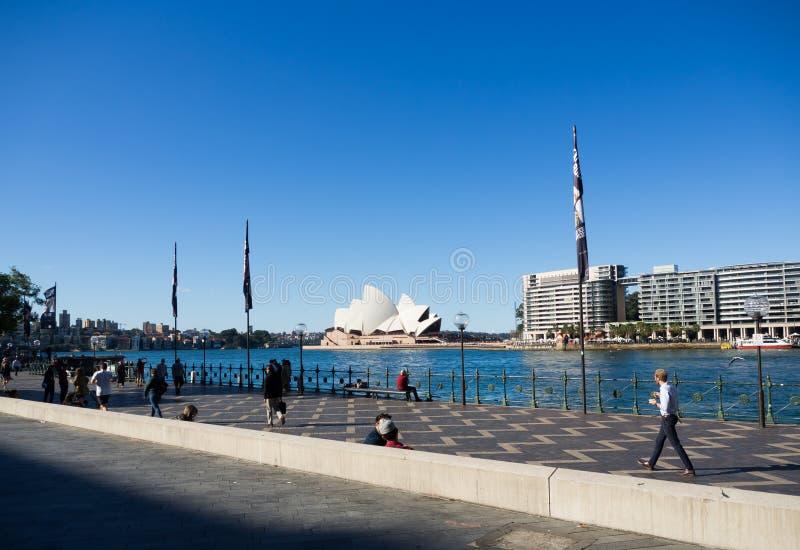 Przejście widok z Sydney operą, jest miejsce wydarzenia przedstawieniami centre w Sydney, Nowe południowe walie z niebieskiego ni zdjęcie royalty free