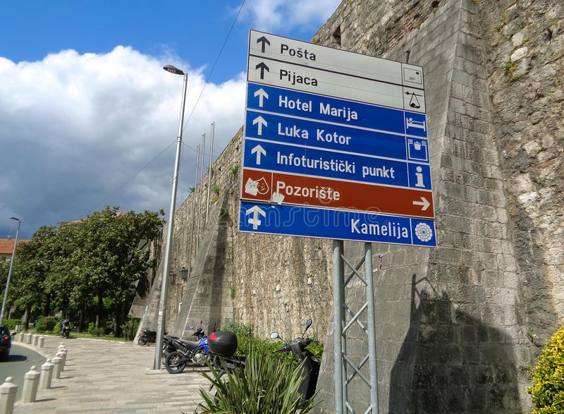 Przejście wzdłuż starych miasto ścian Kotor fotografia royalty free